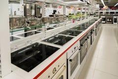 Moskva Ryssland - Februari 02 2016 Elektriska spisar i eldorado, stora butikskedjor som säljer elektronik Royaltyfri Bild