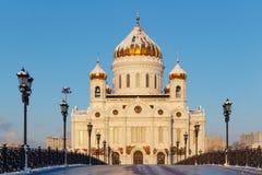 Moskva Ryssland - Februari 01, 2018: Fasad av domkyrkan av Kristus frälsaren i Moskva Sikt från den Patriarshiy bron Royaltyfria Foton