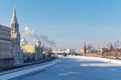 Moskva Ryssland - Februari 01, 2018: Moskva flod i solig vinterdag Sikt från den shoy Moskvoretskiy för Bol ` bron Royaltyfri Bild