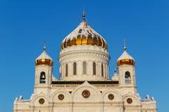 Moskva Ryssland - Februari 01, 2018: Golden Dome av domkyrkan av Kristus frälsaren på bakgrunden för blå himmel moscow vinter Royaltyfria Foton