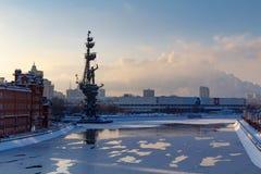 Moskva Ryssland - Februari 01, 2018: Moskva i vinter Monument till Peter I på den Moskva floden Arkivbild