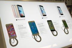 Moskva Ryssland - Februari 02 2016 IPhone 6 i eldorado är stora butikskedjor som säljer elektronik Royaltyfria Bilder