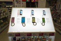 Moskva Ryssland - Februari 02 2016 IPhone 6 i eldorado är stora butikskedjor som säljer elektronik Royaltyfri Foto