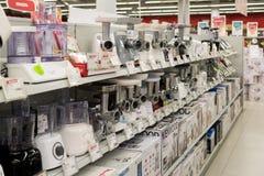 Moskva Ryssland - Februari 02 2016 Köttkvarn i eldorado, stora butikskedjor som säljer elektronik Royaltyfri Foto