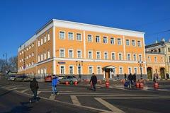Moskva Ryssland - Februari 18 2016 Kontorsbyggnad på Komsomolskaya fyrkantig byggnad 1917 Fotografering för Bildbyråer
