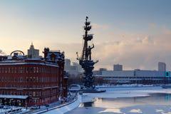 Moskva Ryssland - Februari 01, 2018: Monument till Peter I på den Moskva floden i vinter Sikt från den Patriarshiy bron Royaltyfri Bild