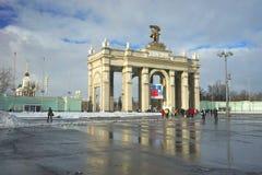 MOSKVA RYSSLAND - Februari 14, 2017: Propylaeaen är den centrala portingången i VDHKh område i Moskva Arkivbilder