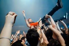 MOSKVA RYSSLAND - FEBRUARI 25, 2017: Rysk alternativ SPRINGA för nu-metall rapcoremusikband som direkt utför på den Yotaspace klu Royaltyfria Foton