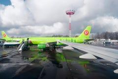 Moskva Ryssland, Februari 27, 2016: S7 Airlines flygplan som stiger ombord på den Domodedovo flygplatsen under dåligt väder Royaltyfri Bild