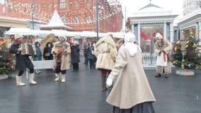 MOSKVA RYSSLAND FEBRUARI 2017: Shrovetide festligheter i Moskva Folket har gyckel på fettisdagen i Ryssland passersby stock video
