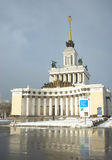 MOSKVA RYSSLAND - Februari 14, 2017: Sikt av den centrala paviljongen på utställningen av prestationer av nationell ekonomi Arkivfoton
