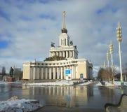 MOSKVA RYSSLAND - Februari 14, 2017: Sikt av den centrala paviljongen på utställningen av prestationer av nationell ekonomi Arkivbilder