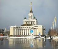 MOSKVA RYSSLAND - Februari 14, 2017: Sikt av den centrala paviljongen på utställningen av prestationer av nationell ekonomi Royaltyfri Bild