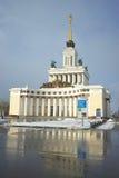 MOSKVA RYSSLAND - Februari 14, 2017: Sikt av den centrala paviljongen på utställningen av prestationer av nationell ekonomi Royaltyfria Bilder