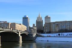 Moskva Ryssland - Februari 14, 2019: Sikt av den från den ryska federationen Borodinsky bron och Utrikesdepartementet royaltyfri fotografi