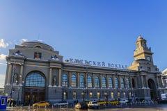 Moskva Ryssland-Februari, 12, 2018: Sikt av den Kiev järnvägsstationen på en solig vinterdag Royaltyfri Fotografi