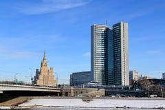Moskva Ryssland - Februari 14, 2019: Smolenskaya invallning av Moskvafloden på en ljus vinterdag fotografering för bildbyråer