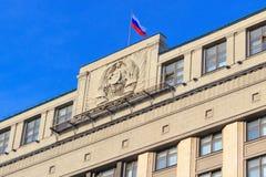 Moskva Ryssland - Februari 14, 2018: Tillståndsflagga för rysk federation på den statliga Dumaen för byggnad i Moskva Arkivbild