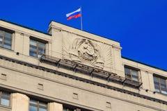 Moskva Ryssland - Februari 14, 2018: Tillståndsflagga för rysk federation på den statliga Dumaen för byggnad i Moskva Arkivfoto