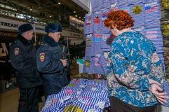 Moskva Ryssland - Februari 25, 2017: Två rysspoliser som besöker ställningen med roliga militär-patriotiska t-skjortor Arkivfoto