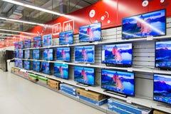 Moskva Ryssland - Februari 02 2016 TV i eldorado är stora butikskedjor som säljer elektronik Royaltyfria Foton