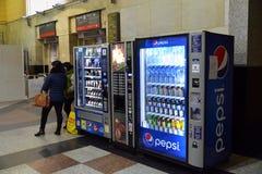 Moskva Ryssland - Februari 18 2016 varuautomat för drinkar Pepsi och produkter på den Kazansky stationen Arkivbild