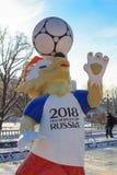 Moskva Ryssland - Februari 14, 2018: Wolf Zabivaka den officiella maskot av den mästerskapFIFA världscupen Ryssland 2018 på den M royaltyfri foto