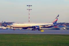 Moskva Ryssland - 04/29/2018: Flygbuss A330 av Aeroflot flygbolagställningar på gränden på Sheremetyevo den internationella flygp royaltyfri bild