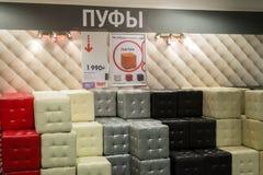 MOSKVA RYSSLAND - 24 09 2015 Inre av shoppar Hoff - en av det största ryska möblemangnätverket läderfotapallar Royaltyfri Bild