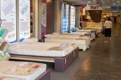 MOSKVA RYSSLAND - 24 09 2015 Inre av shoppar Hoff - en av det största ryska möblemangnätverket Tar prov madrasser Arkivfoton