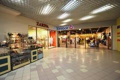 MOSKVA RYSSLAND - 04 20 2015 Inre stor köpcentrum Ladia i Mitino Arkivfoto