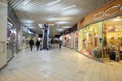 MOSKVA RYSSLAND - 04 20 2015 Inre stor köpcentrum Ladia i Mitino Arkivbild