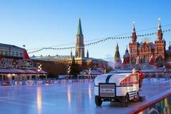 MOSKVA RYSSLAND - JANUARI 6: åka skridskor isbanan på röd fyrkant i Moskva Royaltyfri Fotografi