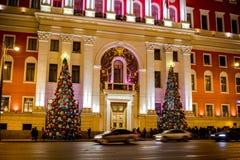 MOSKVA RYSSLAND - JANUARI 7, 2016: Byggnaden av Moskvastadshuset under ferierna för nytt år royaltyfri bild