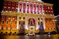 MOSKVA RYSSLAND - JANUARI 7, 2016: Byggnaden av Moskvastadshuset under ferierna för nytt år arkivfoto