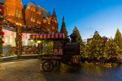 MOSKVA RYSSLAND - Januari 10 2018 Festivalen är turen till jul på den Manege fyrkanten Sale av stekte kastanjer Arkivbilder