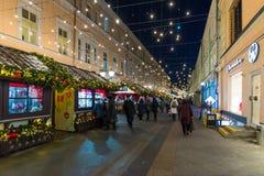 MOSKVA RYSSLAND - Januari 10 2018 Festivalen är turen till jul på den Rozhdestvenka gatan Arkivfoto