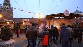 Moskva Ryssland - Januari 27, 2018: Folket på jul marknadsför på den röda fyrkanten arkivfilmer
