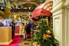 MOSKVA RYSSLAND - JANUARI 03, 2017: Folket på mässan för det nya året i GUMMItillståndsuniversal shoppar Arkivbilder