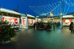 MOSKVA RYSSLAND - Januari 10 2018 Handel shoppar på festival under julferier Arkivfoton