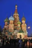 MOSKVA RYSSLAND - 02 JANUARI 2016: Helgon Basil Cathedral på rött S Arkivbild