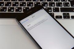 Moskva Ryssland - Januari 29, 2019 Iphonen är på macbooktangentbordet Wi-Fi vänds av på skärmen fotografering för bildbyråer
