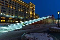 MOSKVA RYSSLAND - Januari 10 2018 Isglidbanan på den Manezhnaya fyrkanten som delen av festivalen - snubbla till jul Arkivfoton