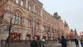 MOSKVA RYSSLAND - JANUARI 1, 2017: Jul Folk som går nära beautifully dekorerade julgranar på röd fyrkant in arkivfilmer