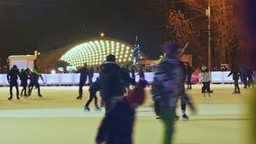 MOSKVA RYSSLAND - JANUARI 1, 2017: Moskva Åka skridskor isbanan i den öppna luften Folkskridsko i vintern Mörker med belysning stock video