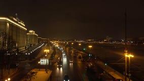 MOSKVA RYSSLAND - JANUARI, 13, 2017 Ryssändring, departement av försvar på natten och trafik på flodinvallning Arkivbild