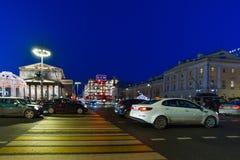 MOSKVA RYSSLAND - Januari 10 2018 Sikten av den Bolshoi teatern och Tsum på sida av teatergatan passerar på jul Royaltyfri Fotografi