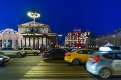 MOSKVA RYSSLAND - Januari 10 2018 Sikten av den Bolshoi teatern och Tsum på sida av teatergatan passerar på jul Arkivbilder