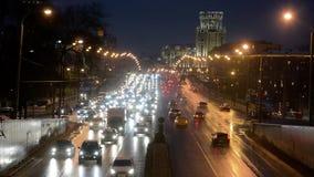 MOSKVA RYSSLAND - JANUARI 27, 2017: Trafik för väg för Sadovoe cirkelafton arkivfilmer