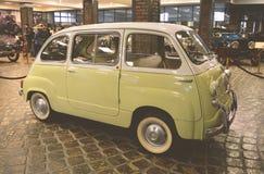 MOSKVA RYSSLAND - JANUARI 6, 2018: Vadim Zadorozhny Technology Museum bil Fiat 600 arkivfoton